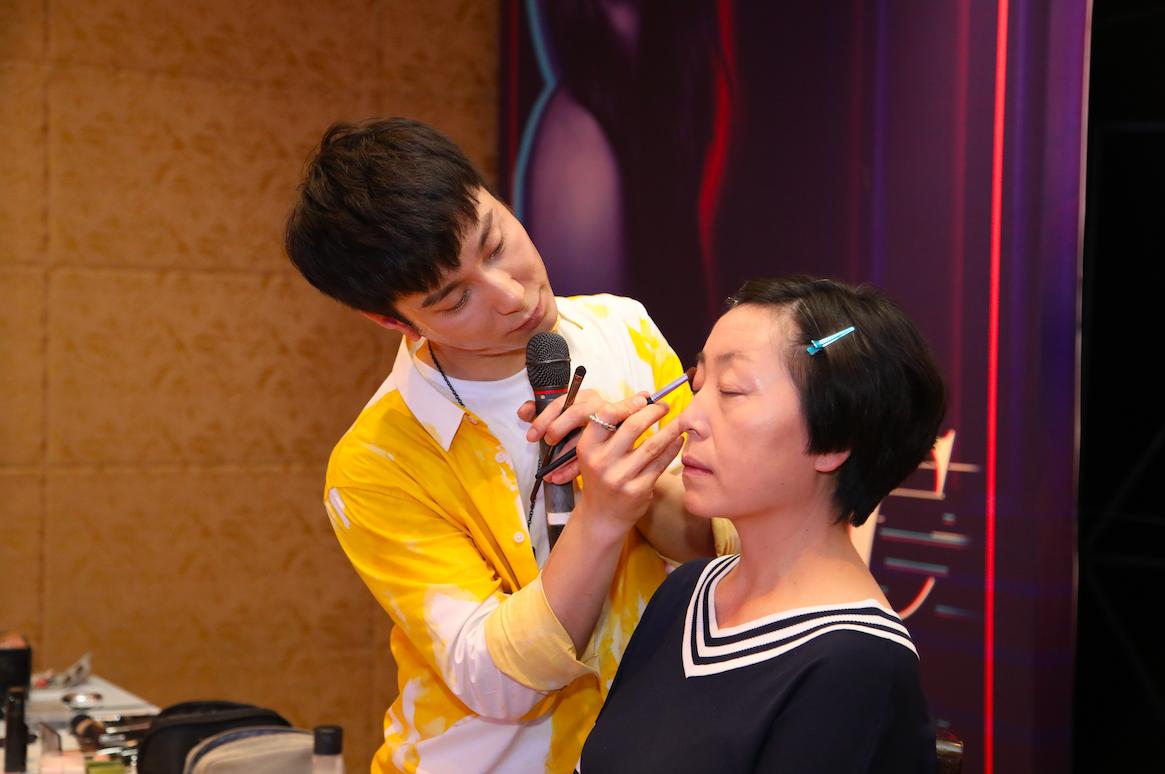 王禹童老师正在打造减龄感妆容